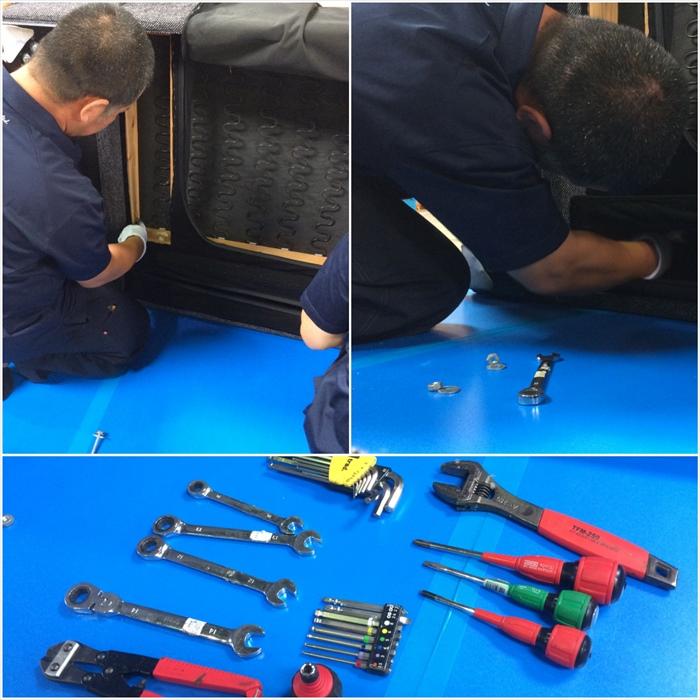 専用工具で分解作業。取り扱い経験の豊富なベテランスタッフなので安心です!