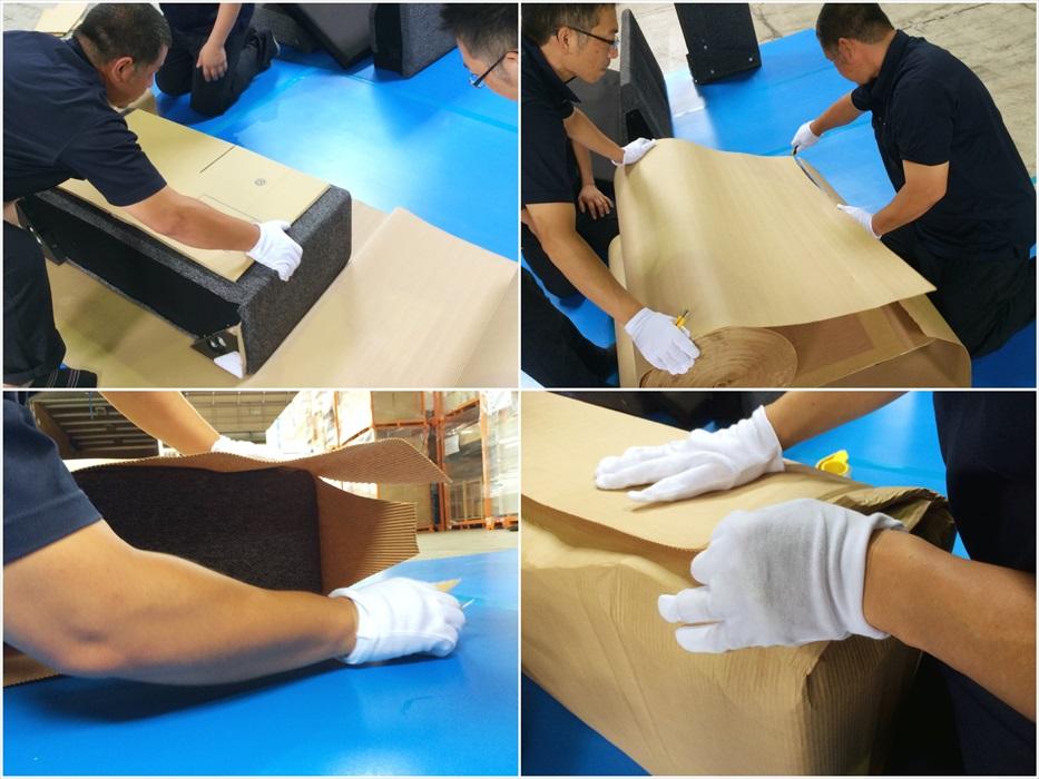 専用段ボールに、切れ込みを入れ、ソファの梱包を丁寧にしていきます。