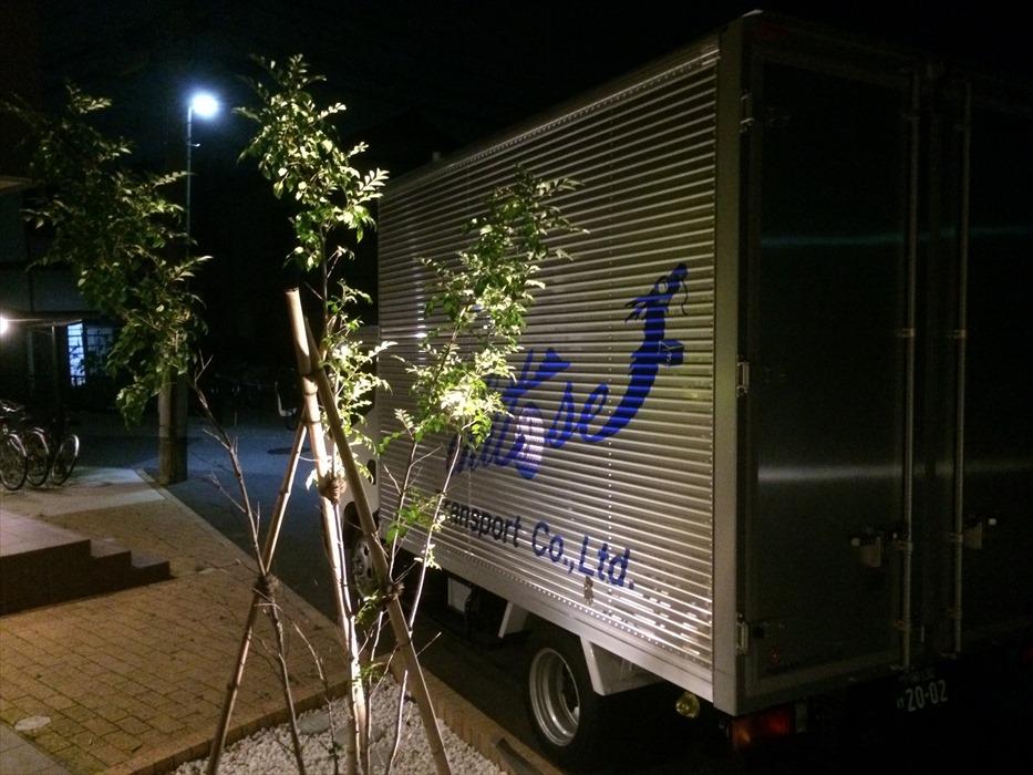 エントランスに駐車する搬出用自社トラック