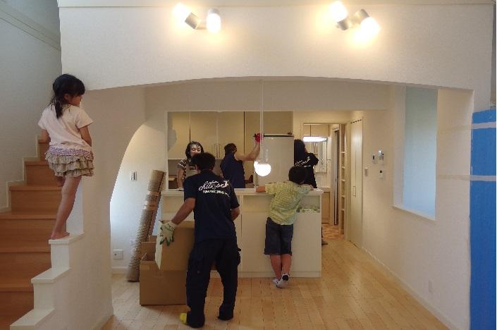 新築一戸建ての大型冷蔵庫の搬入完了の場面