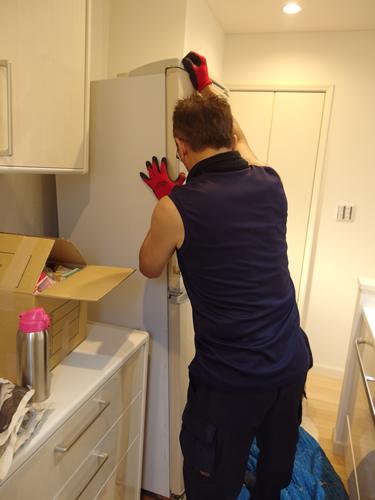 大型冷蔵庫を設置スタッフ