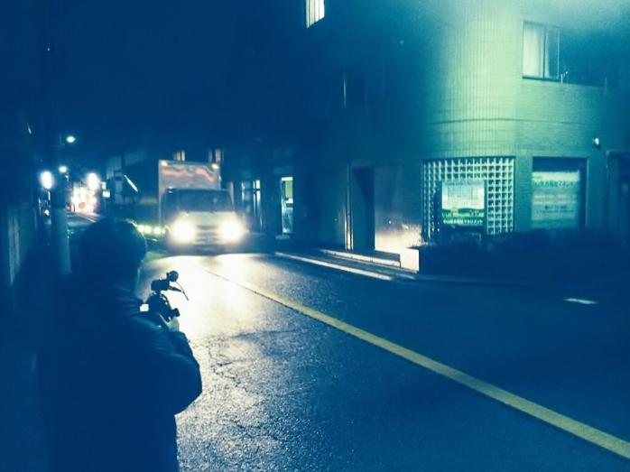 即日の引越風景を撮影するテレビカメラマン