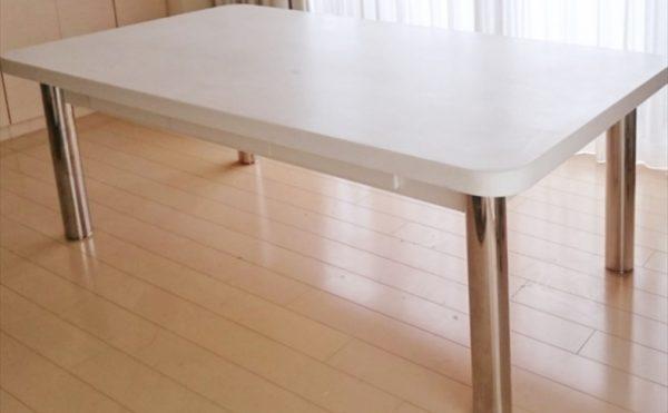 特注の大理石テーブル