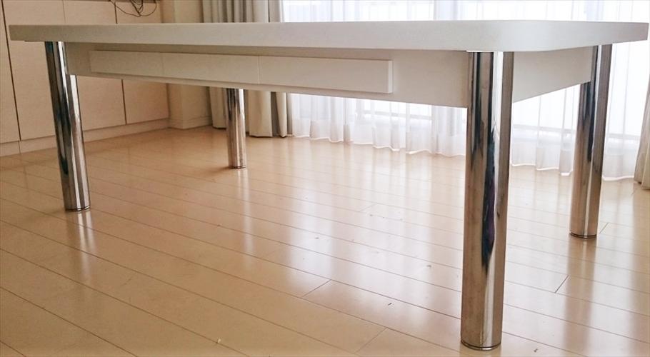 大理石テーブルを横から見た様子