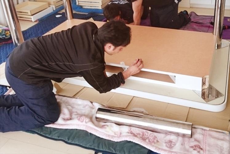 大理石テーブルの梱包作業.1