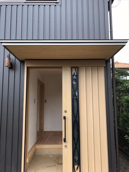 新築一戸建ての玄関と外観