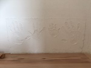 漆喰の壁に手形