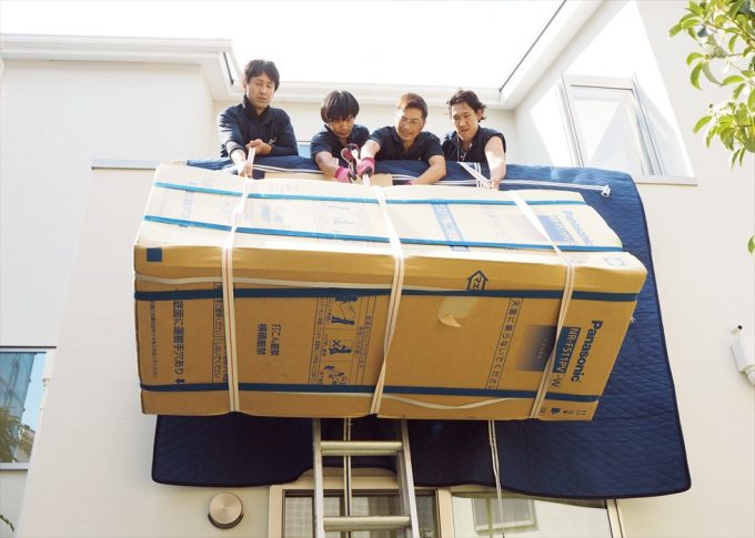 大型冷蔵庫の吊り上げ作業