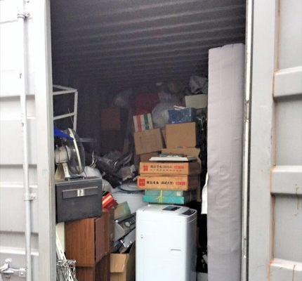 「鉄コンテナ」へ荷物を詰め込んで、無理やり積み重ね収納した例