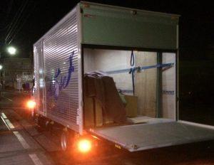 即日の退去に対応エントランス前に到着する自社トラック