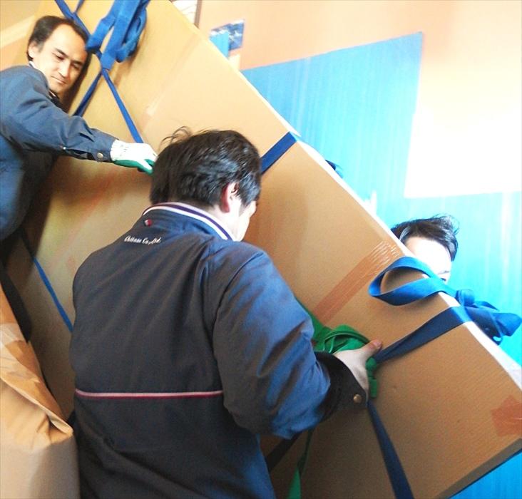 大理石テーブルを階段搬出するスタッフ.2