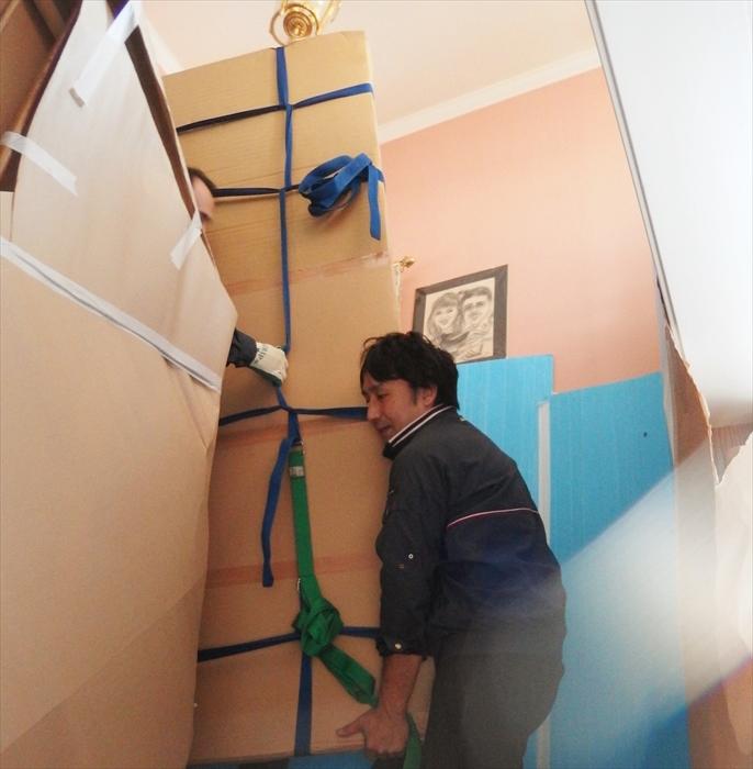 大理石テーブルを階段搬出するスタッフ.1