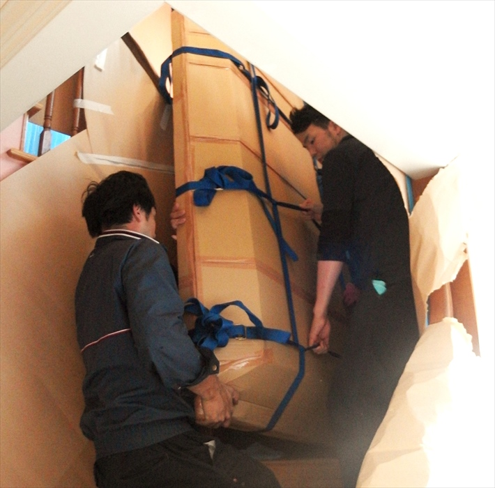 大理石テーブルを階段搬出するスタッフ.3