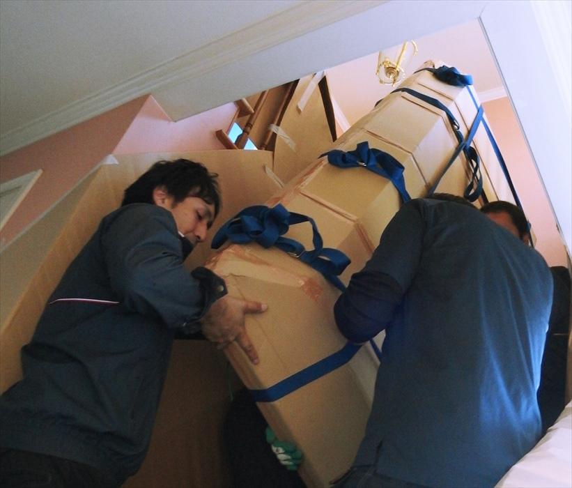 大理石テーブルを階段搬出するスタッフ.4
