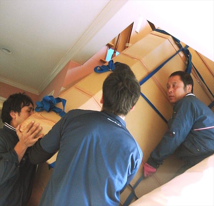 大理石テーブルを階段搬出するスタッフ.5