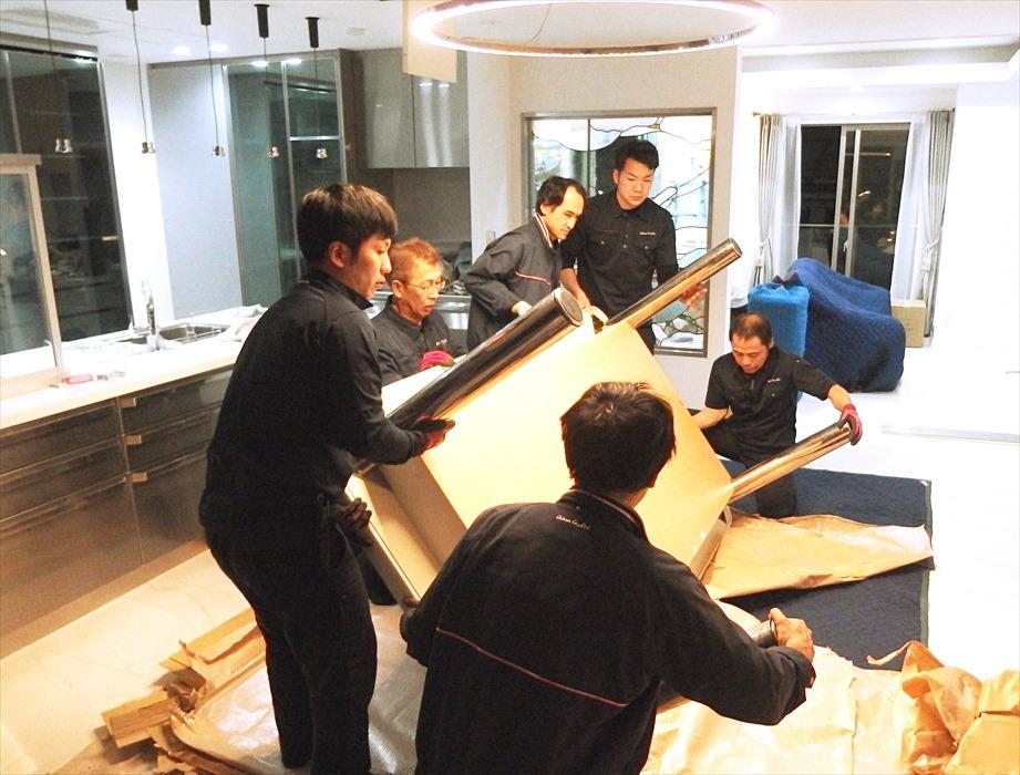 大理石テーブルの設置作業.2