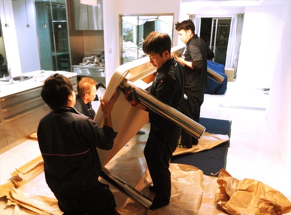 大理石テーブルの設置作業.3
