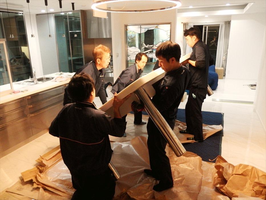 大理石テーブルの設置作業.4
