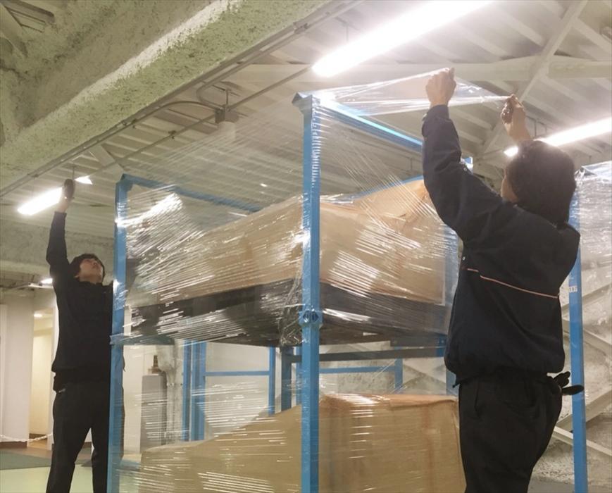 倉庫尾内で保管作業をするスタッフ