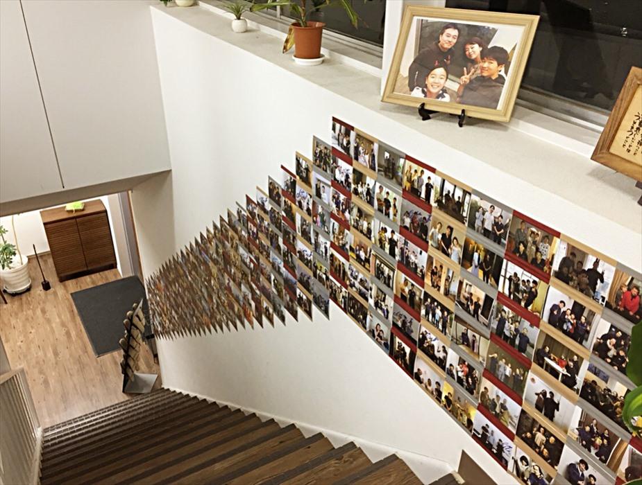 沢山壁に貼られたお客様と撮影した記念写真