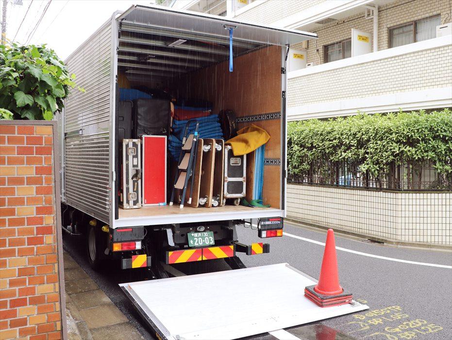 自社トラックでヴィンテージ楽器を輸送して駐車