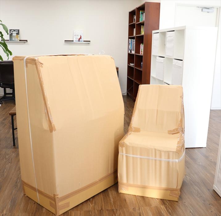 保管用にキレイ梱包された葉山ガーデンライティングビューローと自作の椅子