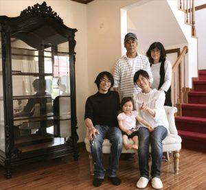 アンティーク家具の保管サービスご利用のお客様記念撮影