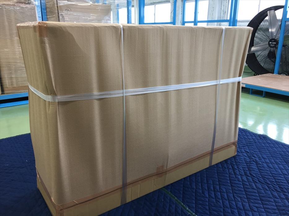アンティークサイドボードが保管用に梱包された荷姿