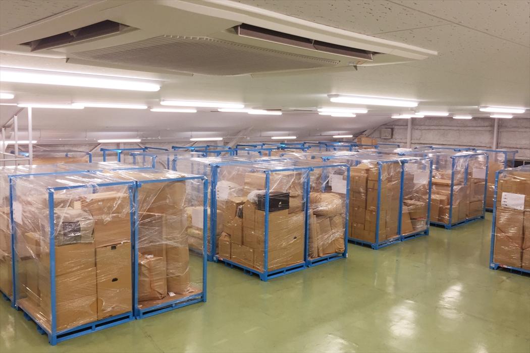 保管ラックに格納されたドレクセルヘリテージ家具とその他の荷物