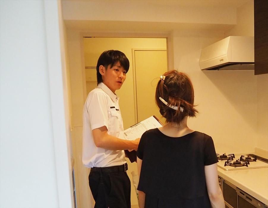 参考写真:お客様と打ち合わせする金田(かねだ)