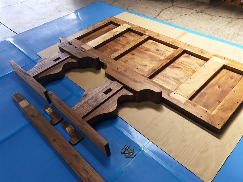 分解されたダイニングテーブル