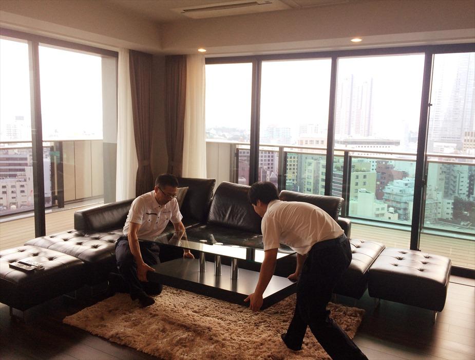 家具を部屋に運び入れるスタッフ