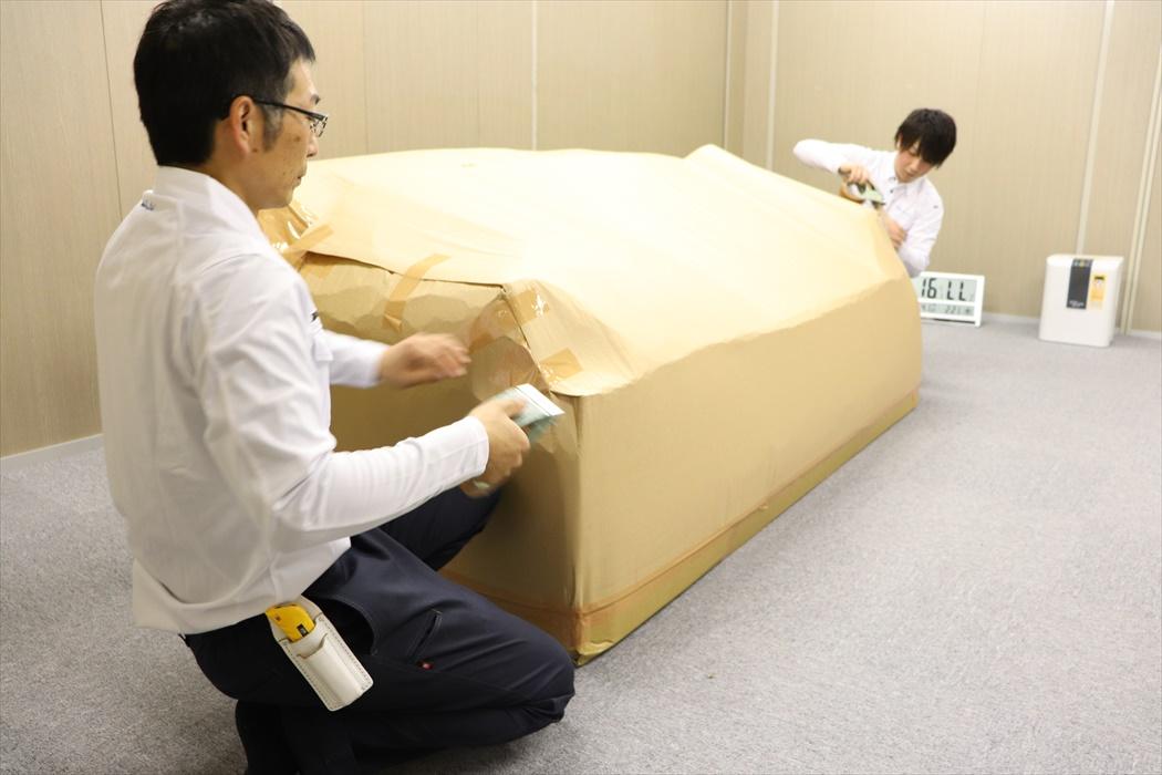 クロムハーツ家具を出庫前に梱包するスタッフ