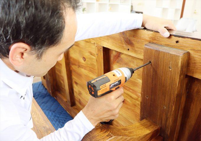 家具の組み立てをするスタッフ