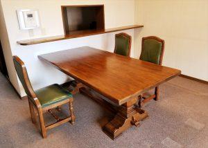 参考写真:一枚板の無垢材ダイニングテーブル