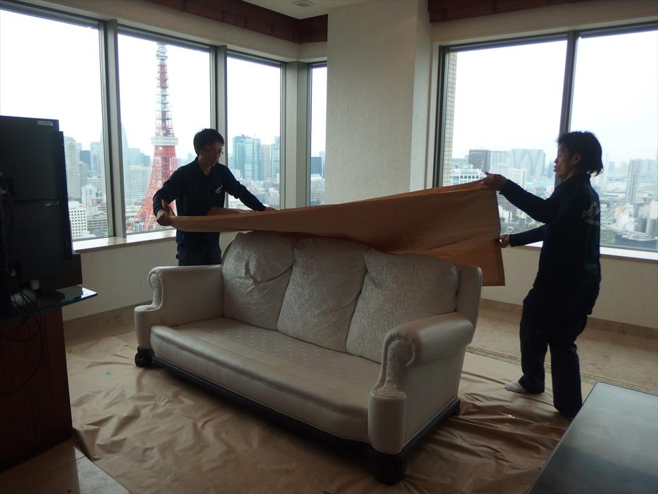 クロムハーツの3人掛けソファを梱包するスタッフ