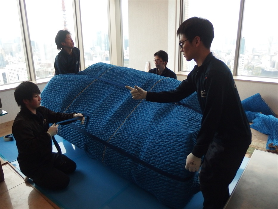 クロムハーツの3人掛けソファを運搬する準備をするスタッフ