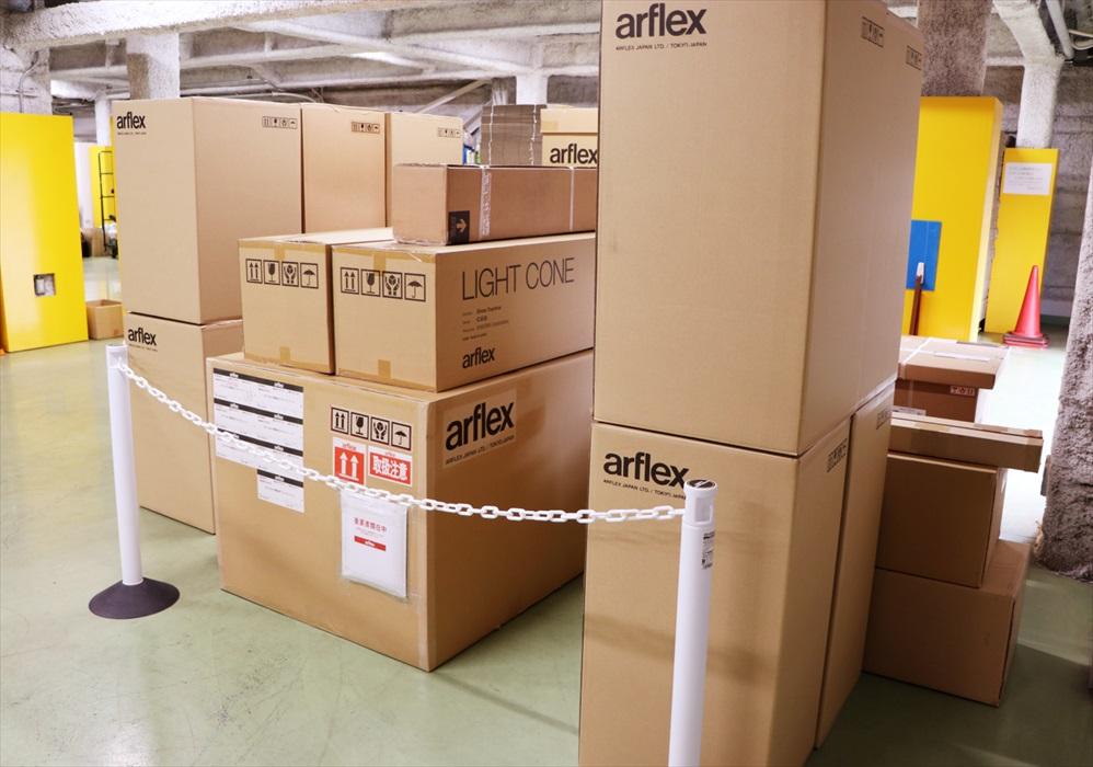 並べられた箱に入ったアルフレックス家具