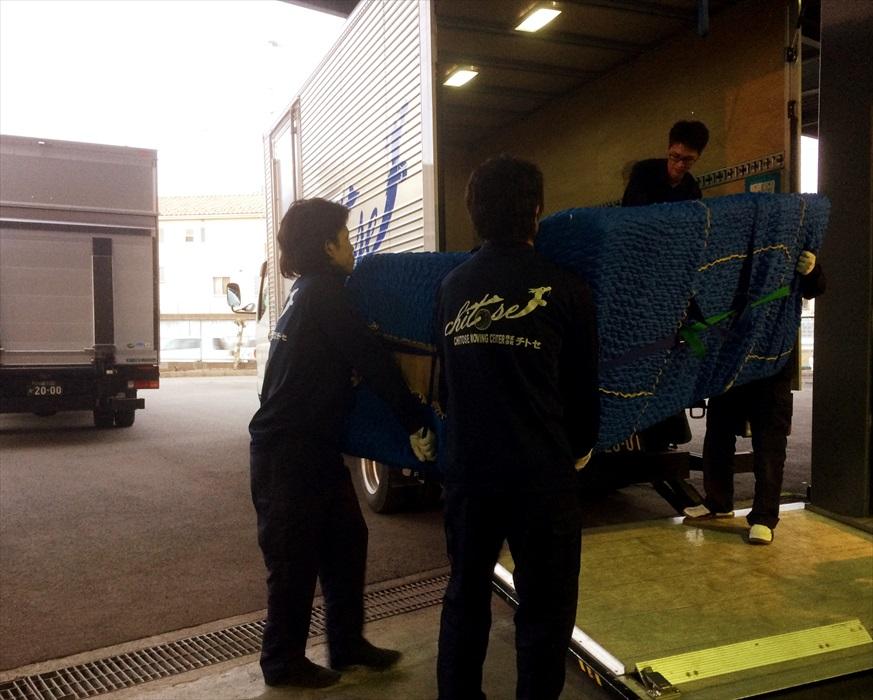 プレミアムブースにクロムハーツ3人掛けソファを運び込むスタッフ