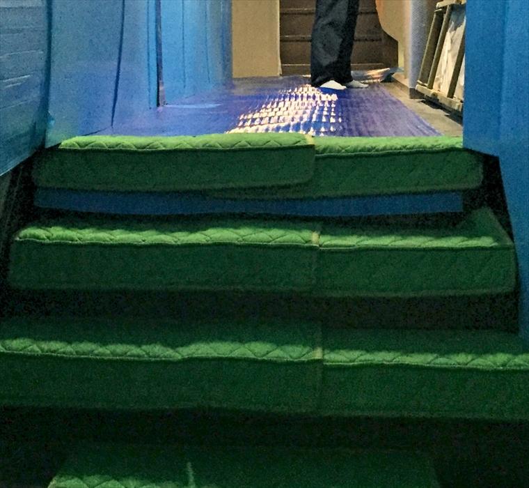 旅館階段の養生作業の状態