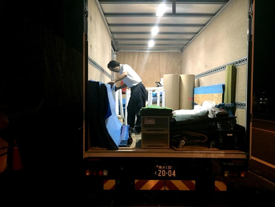 撤去した養生資材をトラックに積み 込むスタッフ