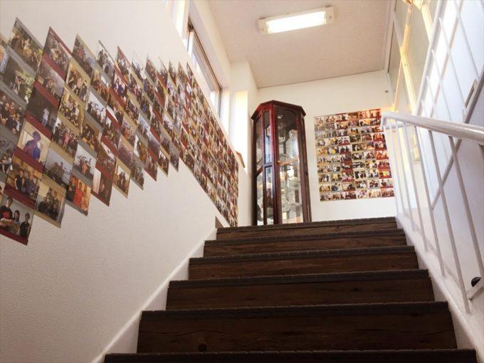 本社階段の記念写真