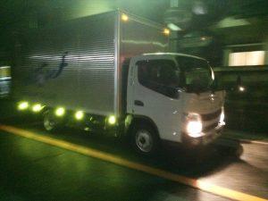 保管倉庫に戻るトラック