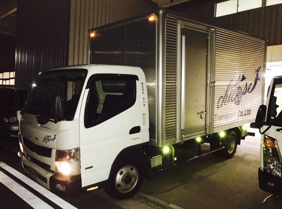 横浜本社保管倉庫から出発する自社トラック