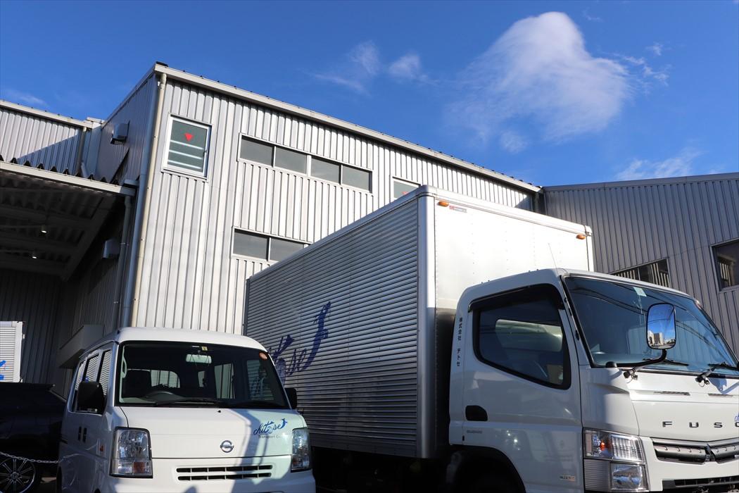 横浜本社保管倉庫に置かれたトラック