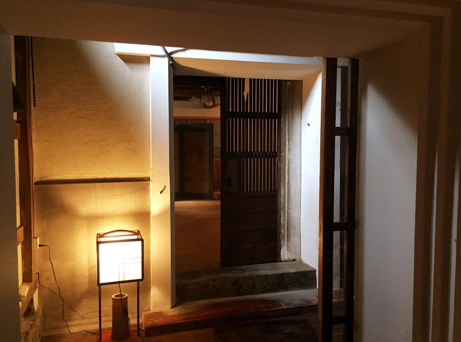 間接照明の優しい灯り
