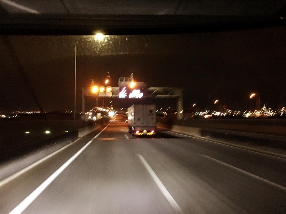 深夜走るトラック