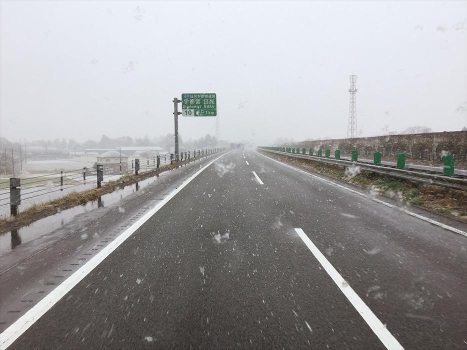 東北自動車道に振り始めた雪