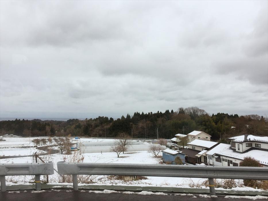 雪降る街並み