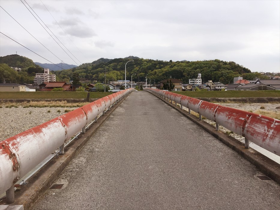 トラック一台が通れる細い橋